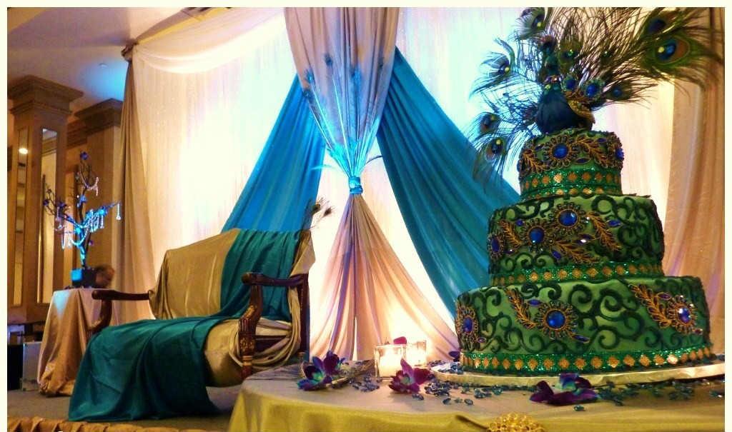 """svadebnogo-torta-s-pavlinem-perom-1024x605 Свадьба в стиле """"павлиньи краски"""": аккуратно украшаем павлиньими перьями"""