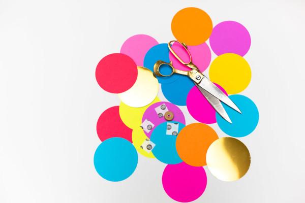 Kreativnye-fotozony-na-svadbe-CHast-43 Креативные фотозоны на свадьбе: делаем веселые конфетти для фотозоны.