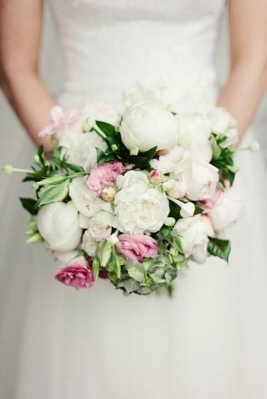 Vesennij-svadebnyj-buket-s-pionami-2-kopiya ТОП-24 самых нежных свадебных букета для весенней свадьбы