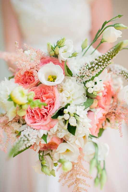 Vesennij-svadebnyj-buket-s-pionami-4 ТОП-24 самых нежных свадебных букета для весенней свадьбы