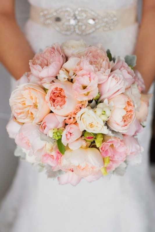Vesennij-svadebnyj-buket-s-pionami-6 ТОП-24 самых нежных свадебных букета для весенней свадьбы