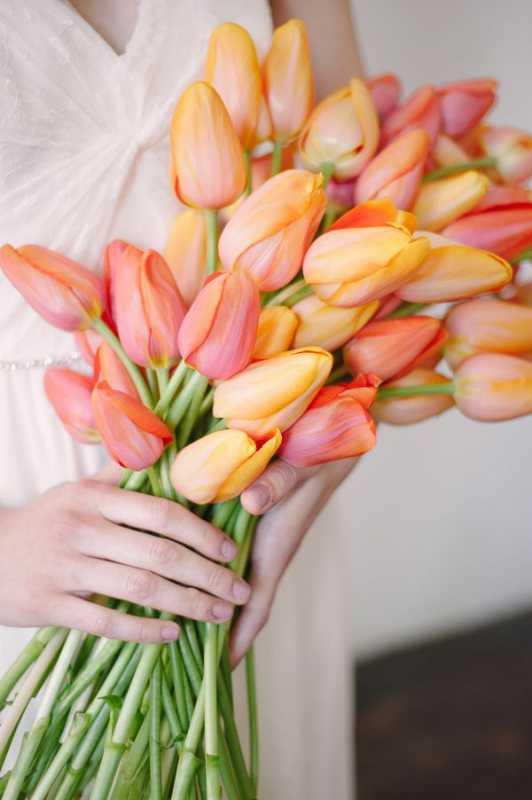Vesennij-svadebnyj-buket-s-tyulpanami-4 ТОП-24 самых нежных свадебных букета для весенней свадьбы