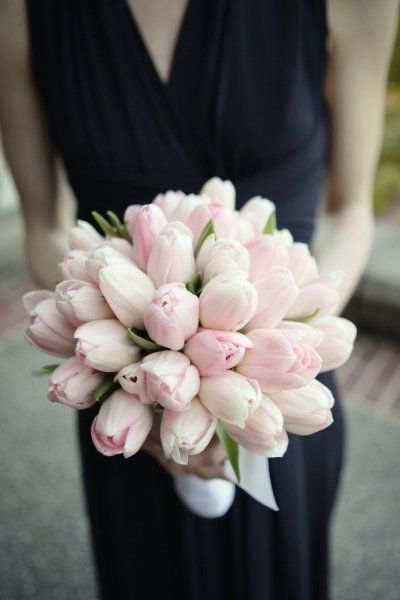 Vesennij-svadebnyj-buket-s-tyulpanami ТОП-24 самых нежных свадебных букета для весенней свадьбы