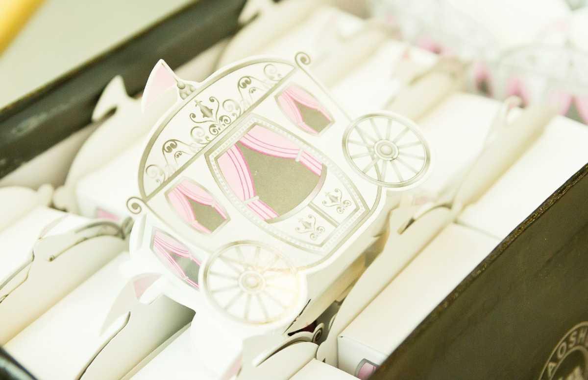 bonbonerki-v-vide-karety Выбираем стиль свадебных бонбоньерок