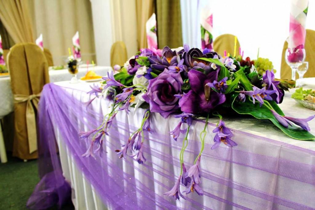 Oformlenie-stolov-na-svadbu-tsvetami-1-1024x683 Какие есть свадебные аксессуары и как их правильно выбрать