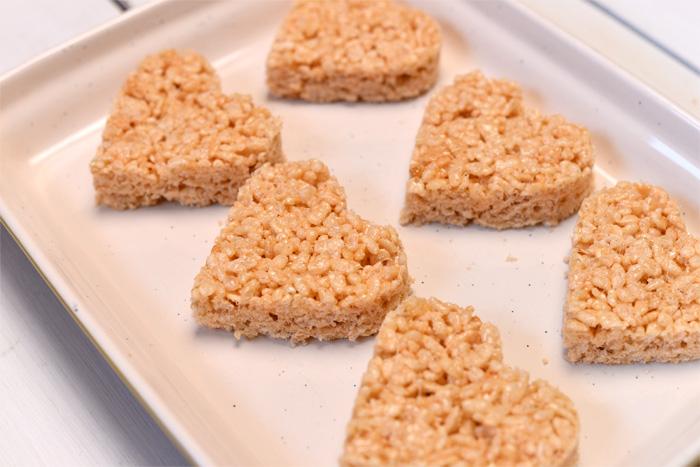 Sladkie-serdtsa-iz-vozdushnogo-risa-dlya-svadebnogo-Kendi-bara-10 Угощения для свадебного Кэнди бара: сладкие сердечки из воздушного риса