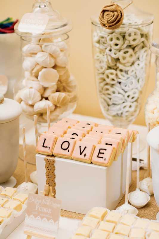 bezhevyj-svadebnyj-Kendi-Bar-5 Спокойный бежевый Кэнди Бар: как организовать и украсить данную свадебную зону?