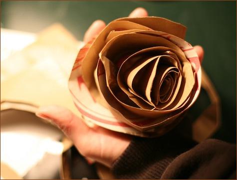 bumazhnye-rozy-dlya-dekora-svadby-101 Делаем своими руками декоративные винтажные розочки из бумажных пакетов