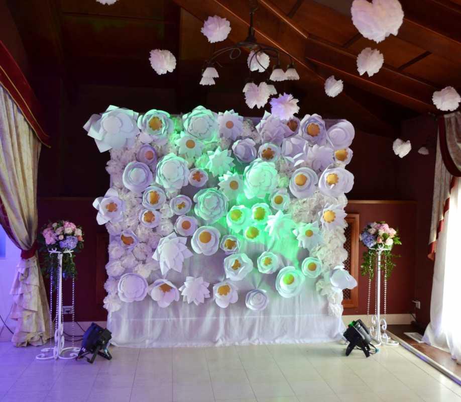bumazhnye-tsvety-na-svadbe-7 Украшение свадьбы бумажными цветами - простой способ сделать не дорогой декор своими руками