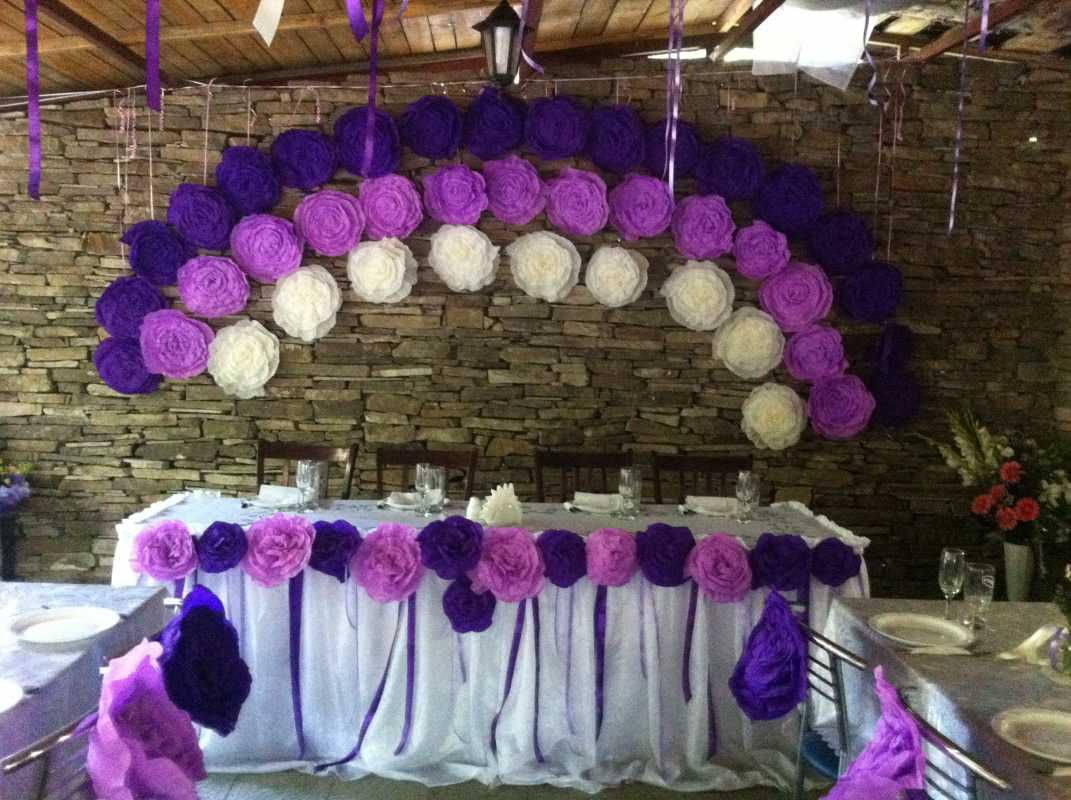 bumazhnye-tsvety-na-svadbe-8 Украшение свадьбы бумажными цветами - простой способ сделать не дорогой декор своими руками