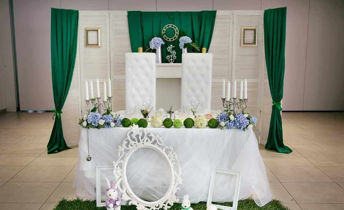 dekor-fona-molodozhenov-4 Свадебный декор: оформление фона за столом молодоженов
