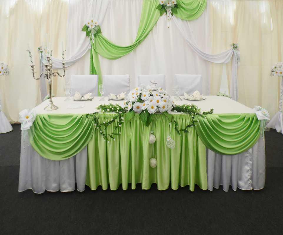 dekor-fona-molodozhenov-7 Свадебный декор: оформление фона за столом молодоженов