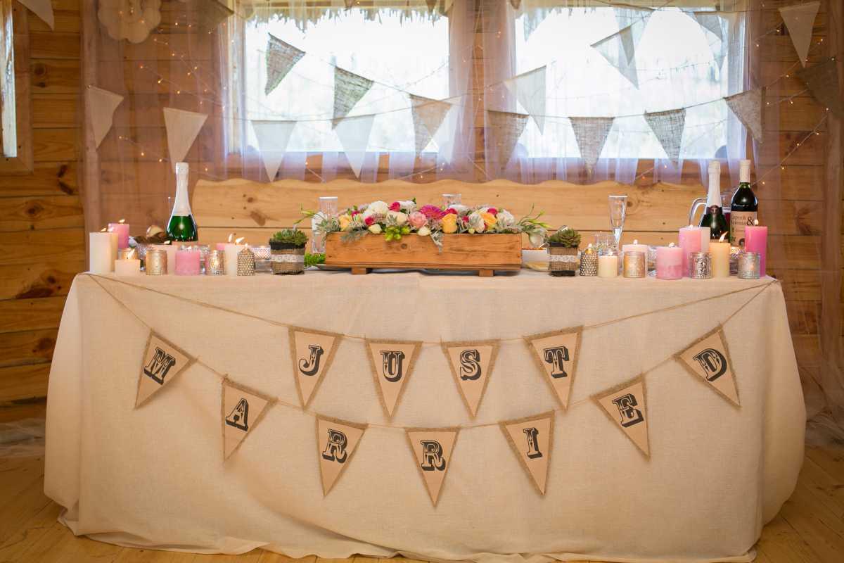 dekor-fona-molodozhenov-9 Свадебный декор: оформление фона за столом молодоженов