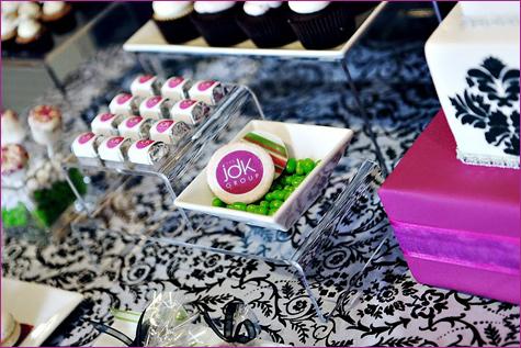 yarkij-Kendi-bar-na-svadbu-11 Яркий свадебных Кэнди бар в необычном сочетании фиолетового, розового и зеленого цвета