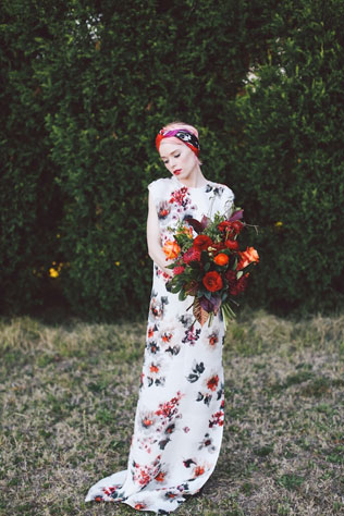s-buketom-svadebnie-platya-s-cvetochnym-printom Свадебные платья с цветочным принтом, очаровательный и модный тренд в свадебной моде