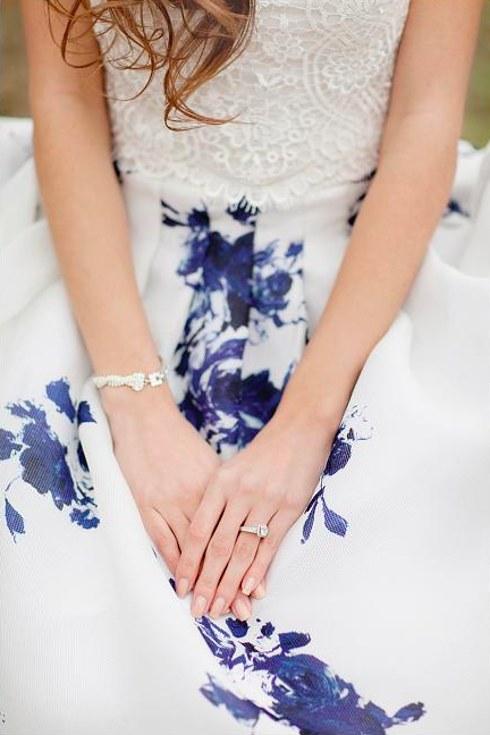 svadebnoe-plate-s-neobychnym-tsvetochnym-printom-3-sleva Свадебные платья с цветочным принтом, очаровательный и модный тренд в свадебной моде