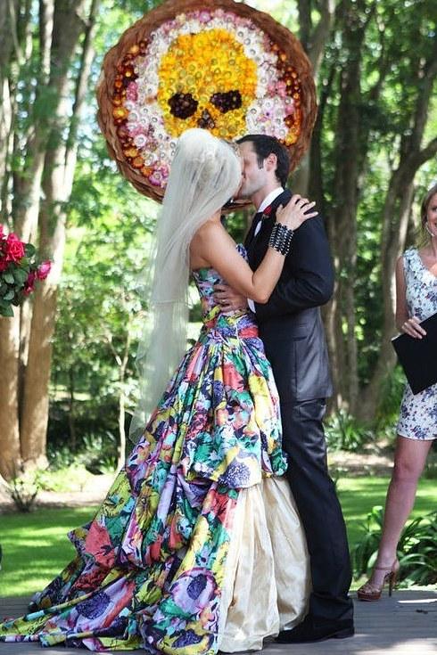 svadebnoe-plate-s-neobychnym-tsvetochnym-printom-4-sprava Свадебные платья с цветочным принтом, очаровательный и модный тренд в свадебной моде