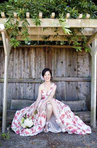 v-sadu-svadebnie-platya-s-cvetochnym-printom Свадебные платья с цветочным принтом, очаровательный и модный тренд в свадебной моде
