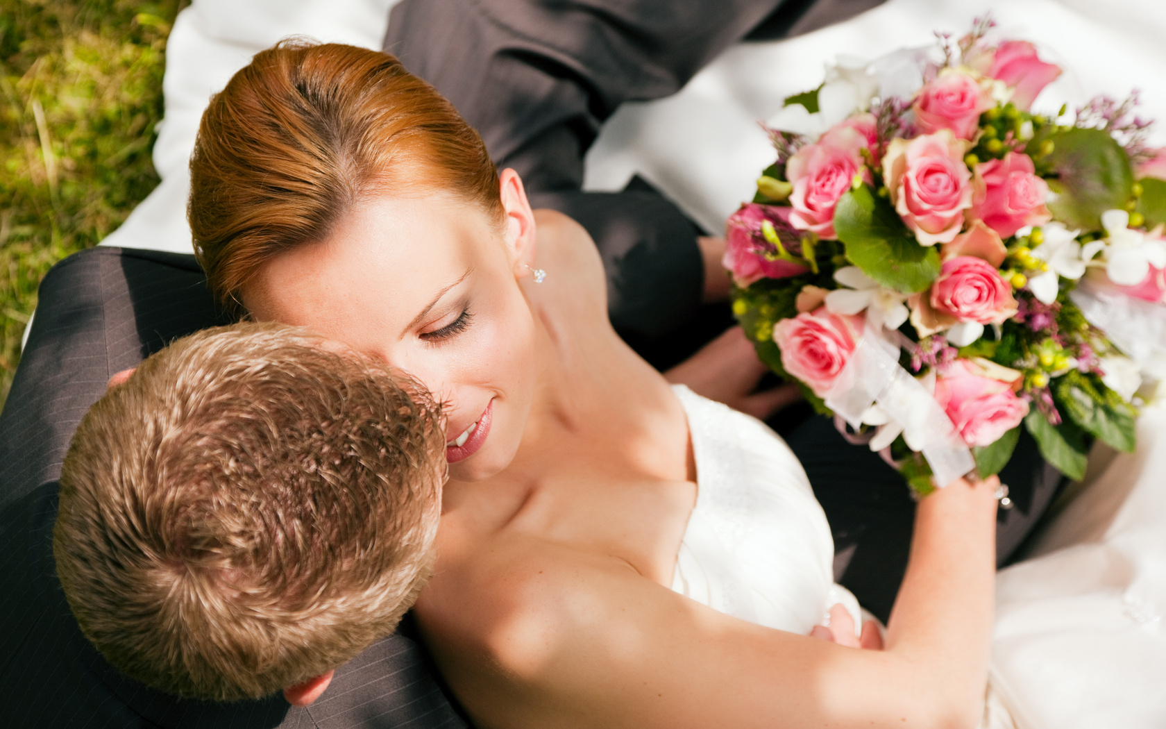 zhenih-darit-neveste-buket-tsvetov Выкуп невесты: подробное описание обычая