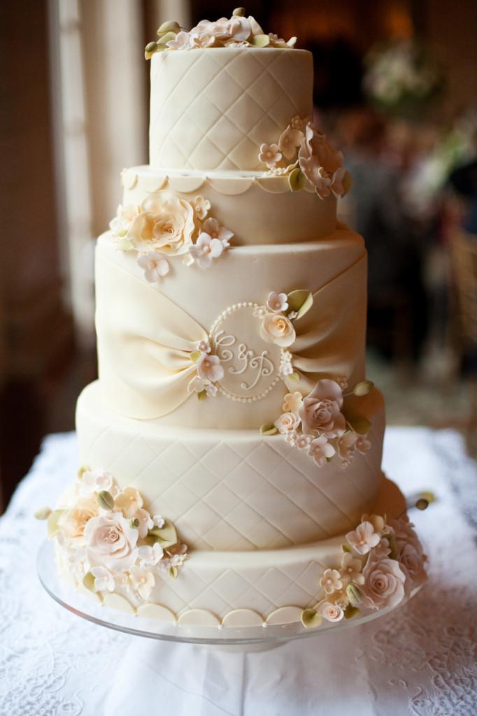 vk2-682x1024 Форма круга, белый цвет - особенности свадебного торта.Как выбрать свадебные торты.