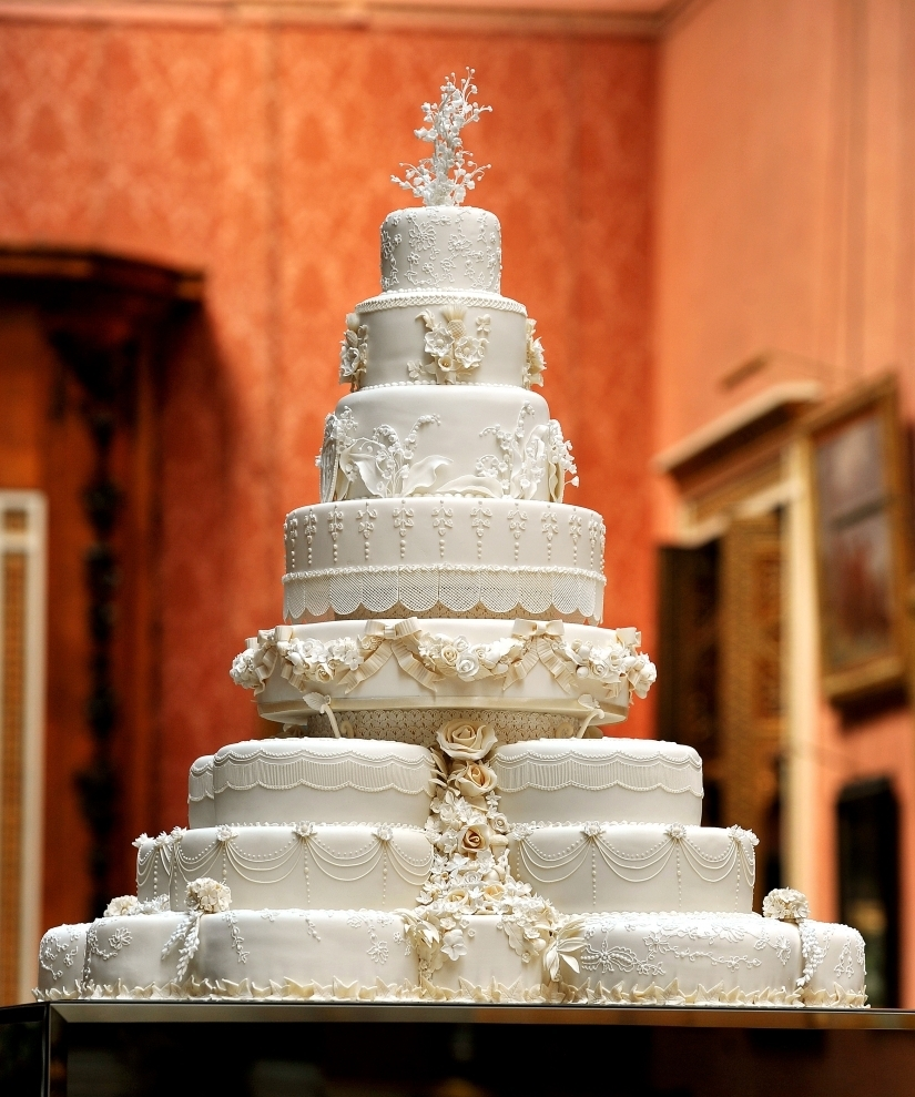 vk31 Форма круга, белый цвет - особенности свадебного торта.Как выбрать свадебные торты.