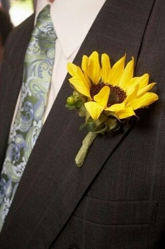 butonerka-zheniha-s-podsolnuhom Свадьба в стиле «Подсолнух»
