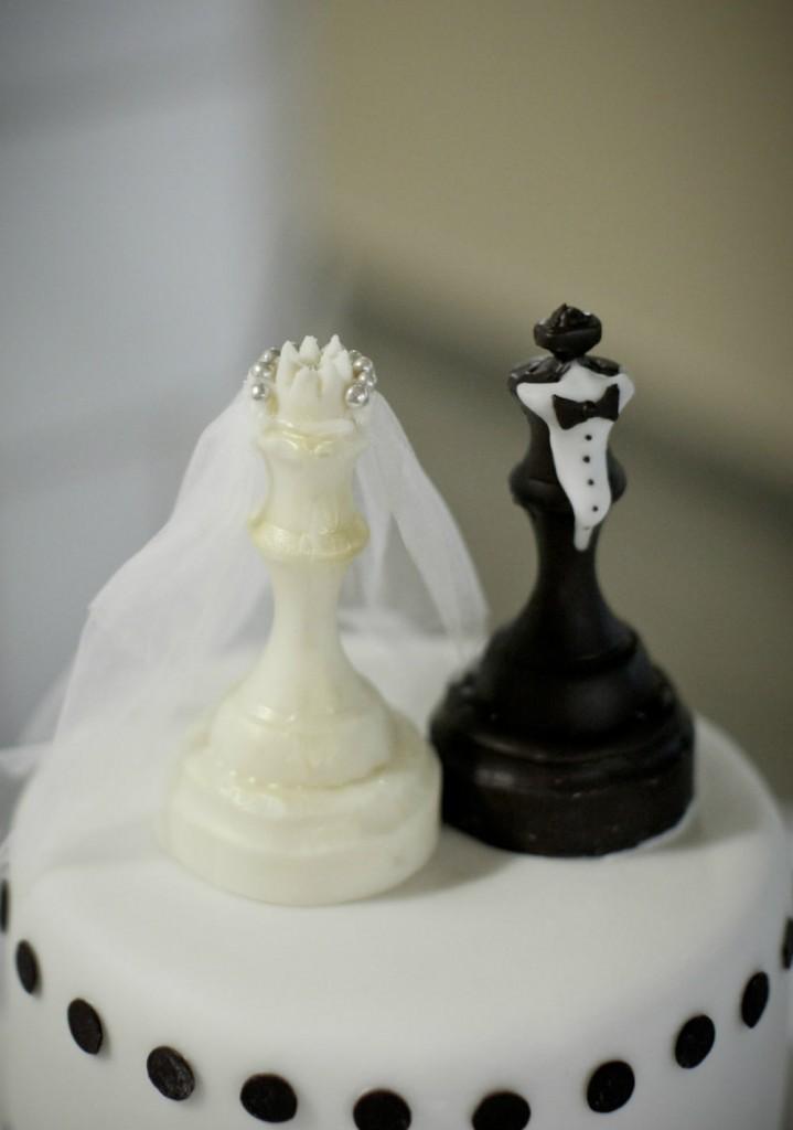 Svadebnyj-Tort-s-shahmatnymi-figurkami-1-719x1024 Свадьба в стиле шахмат: используем шахматную цветовую гамму в оформлении