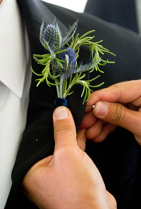 TSvetochnye-butonerki-dlya-zheniha8 Цветочные бутоньерки для жениха