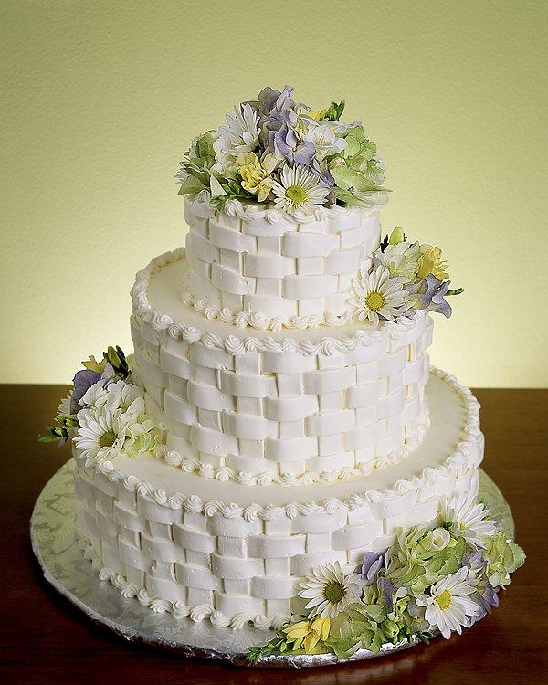 Виды кремов и украшений для свадебных тортов