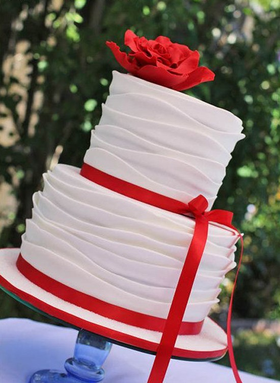 Свадебные бокалы в красном и белом цвете