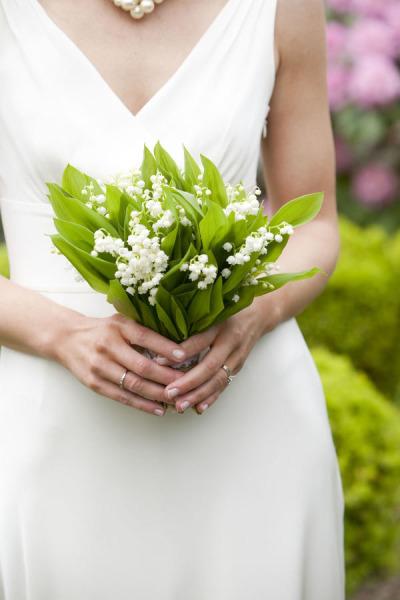 Vesennij-svadebnyj-buket-s-landyshami ТОП-24 самых нежных свадебных букета для весенней свадьбы