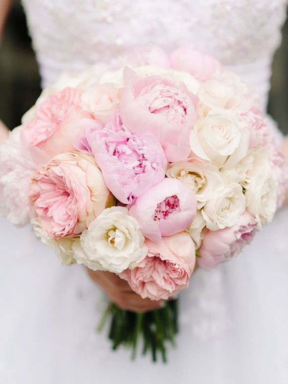 Свадебный букет из белых и розовых пионов
