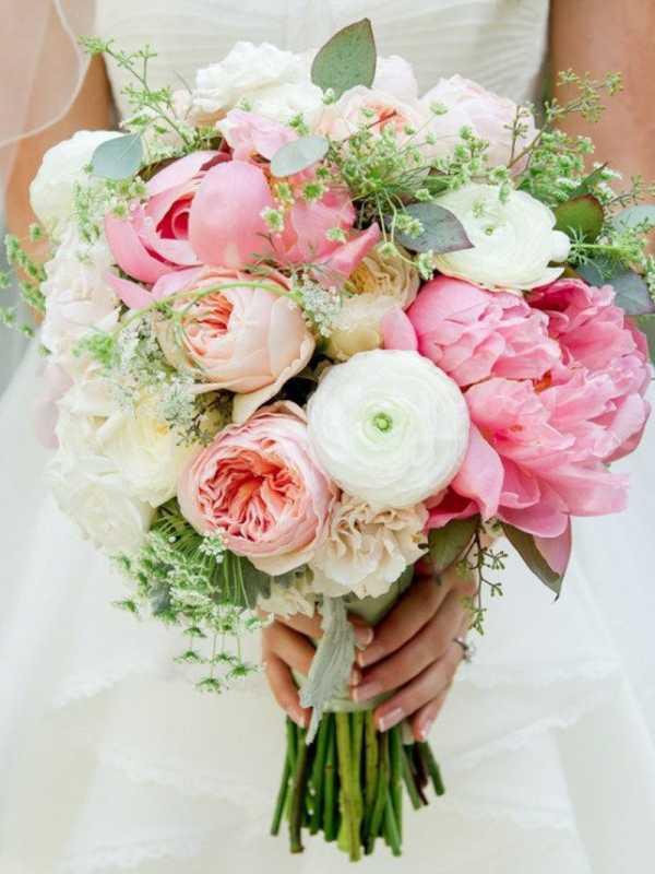 Vesennij-svadebnyj-buket-s-pionami ТОП-24 самых нежных свадебных букета для весенней свадьбы