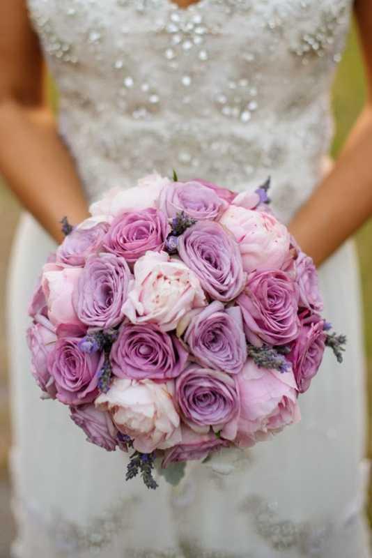 Vesennij-svadebnyj-buket-s-rozami ТОП-24 самых нежных свадебных букета для весенней свадьбы