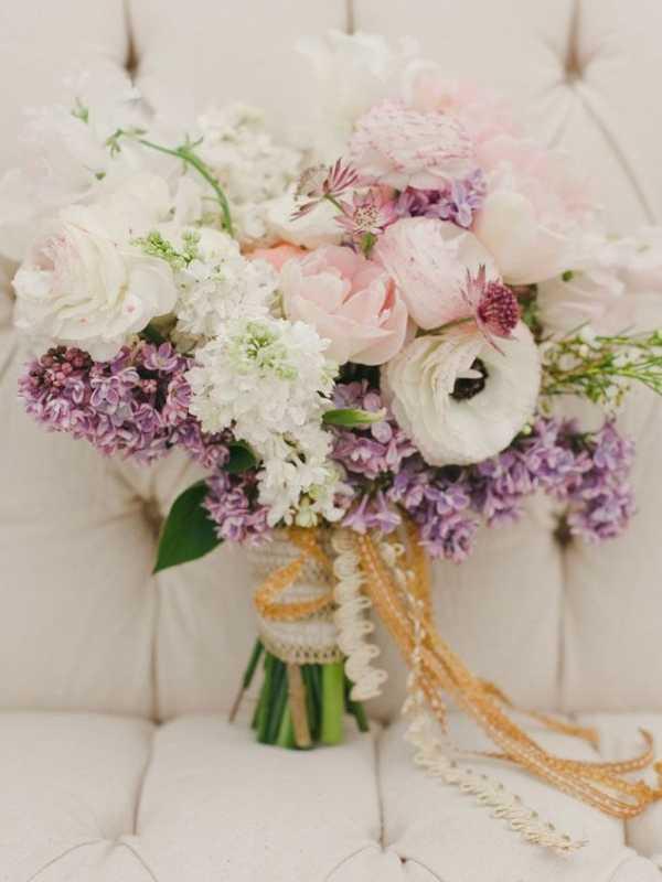 Vesennij-svadebnyj-buket-s-sirenyu-2 ТОП-24 самых нежных свадебных букета для весенней свадьбы