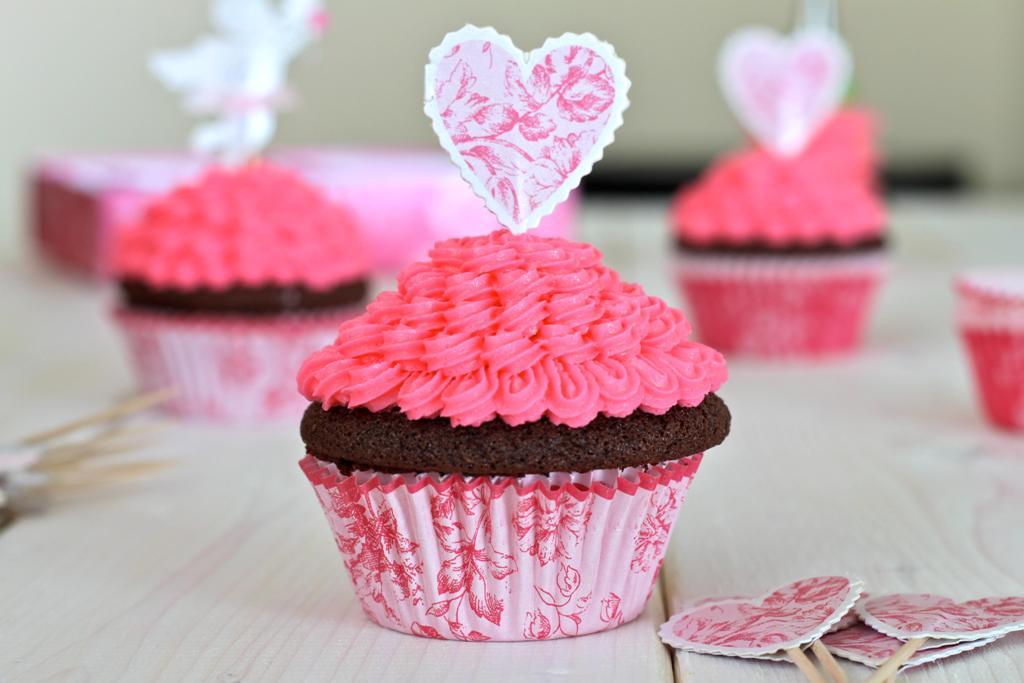 Стильные розовые капкейки для свадебного Кэнди Бара