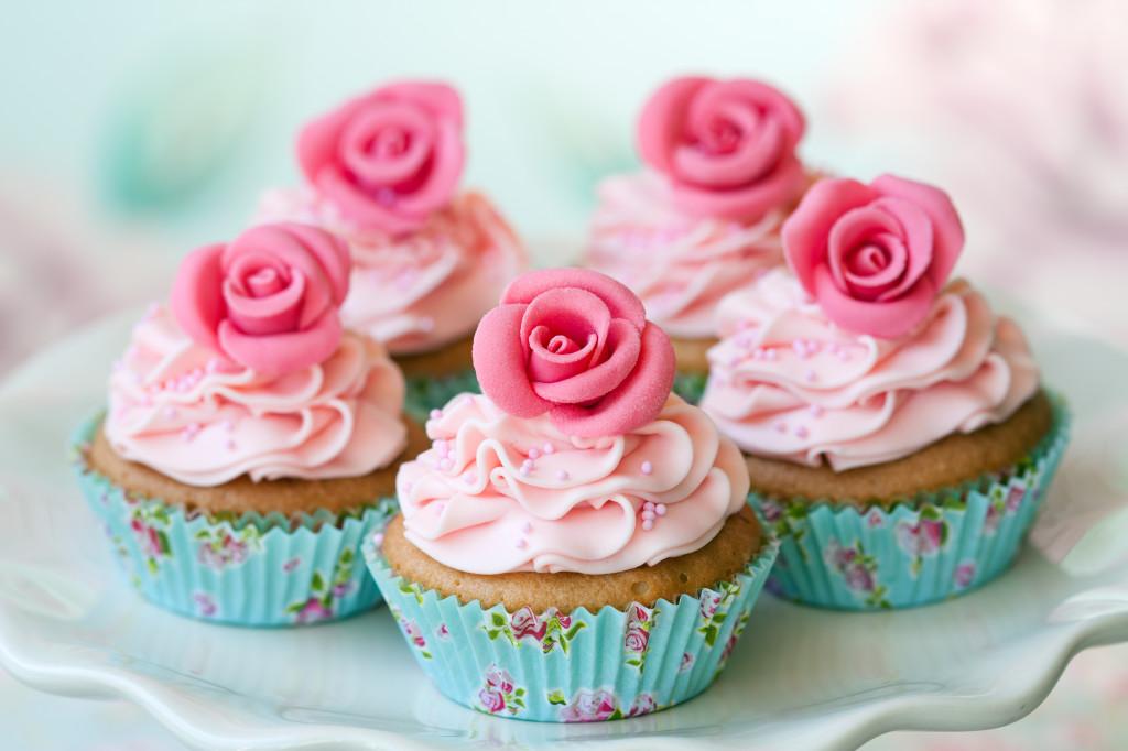 6-rozovye-kapkejki-rozovymi-rozami Стильные розовые капкейки для свадебного Кэнди Бара