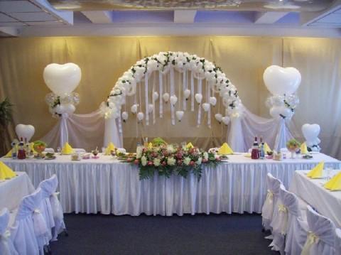 dekor-stola-zheniha-i-nevesty-sharikami ТОП-8 идей по оформлению стола жениха и невесты