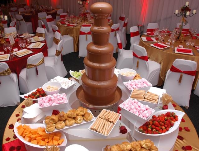 desertnyj-stol-na-svadbu-s-goryachim-shokoladom Сладкий десертный стол для свадьбы, какой выбрать?