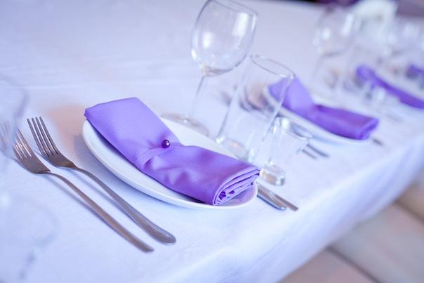 fioletovye-salfetki-dlya-servirovki-stola Салфетки в сервировке стола, необычный декор или простой предмет необходимости