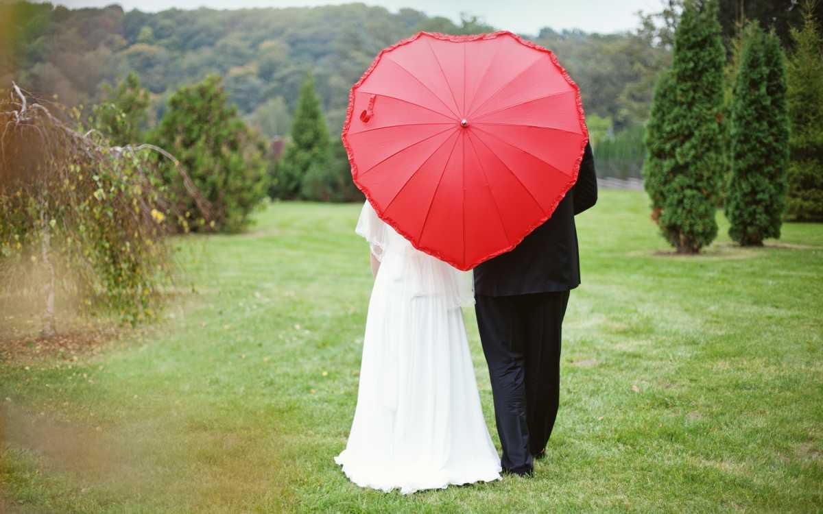 fotosessiya-zheniha-i-nevesty-dozhd Свадебная фотосессия под дождем