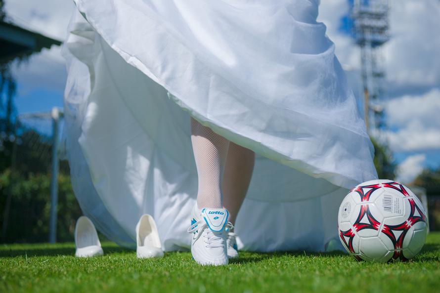 futbolnaya-svadebnaya-fotosemka Свадебная фотосессия в футбольных мотивах