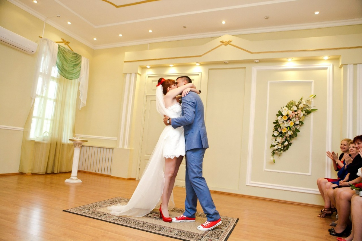 Короткое свадебное  с кедами
