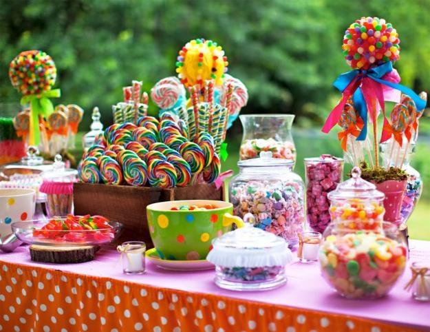 konfetnyj-desertnyj-stol-na-svadbu Какие мелочи пригодятся для развлечения гостей на свадьбе