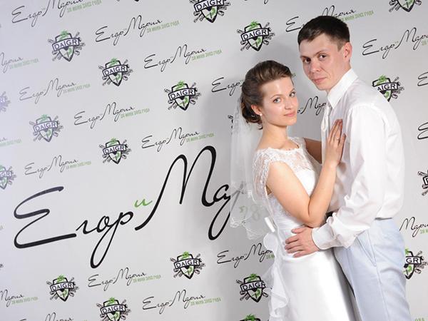 molodozheny-na-fone-svadebnogo-press-volla Пресс волл на свадьбу - интересная замена фотостены
