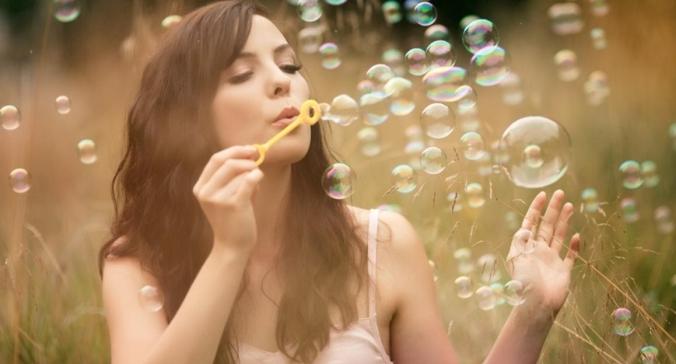 nevesta-v-mylnyh-puzyryah Воздушная свадебная фотосессия с мыльными пузырями
