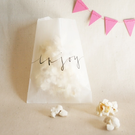 pakety-dlya-popkorna-na-svadbu Попкорн бар - один из вариантов свадебного десертного стола