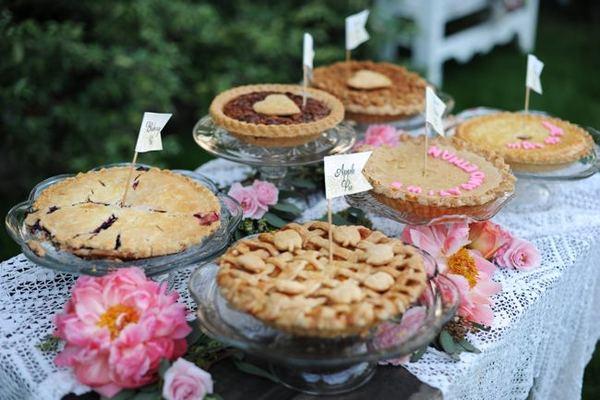 pirogi-dlya-desertnogo-stola Десертный стол из пышной выпечки для свадебного торжества