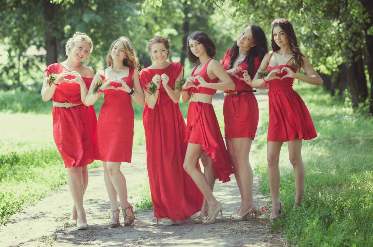 Красное платье свидетельницы на свадьбу фото