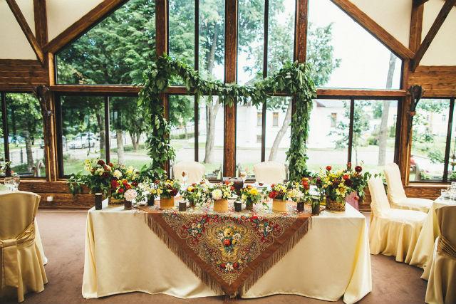 stol-dlya-molodozhenov-v-eko-stile ТОП-8 идей по оформлению стола жениха и невесты